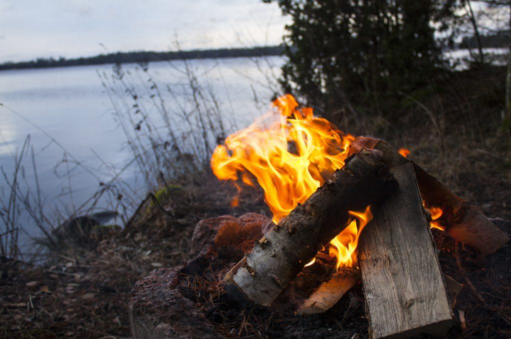 Hamburgare vildmark öppen eld campfire vandring hike skog