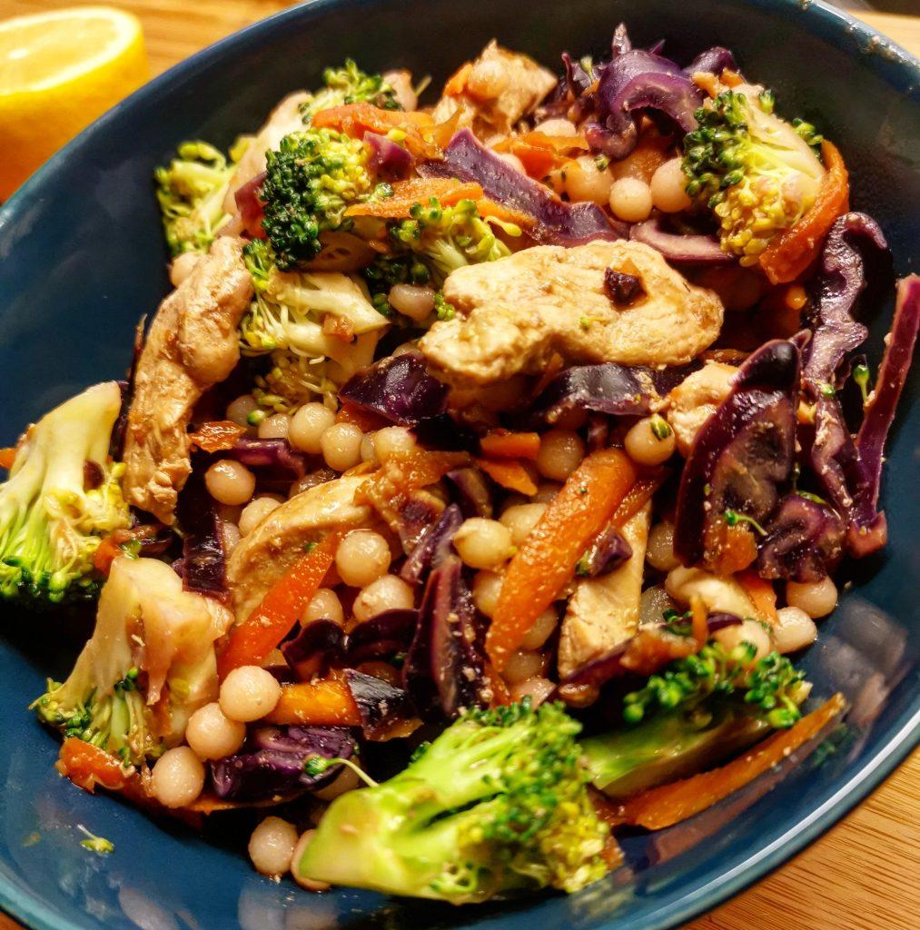 pärlcouscous kyckling sallad varm sallad broccoli morot kål rödkål